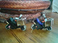 Los encendedores contaminan mucho, podemos reutilizar las piezas y hacer una pequeñas motos de juguete como estas: Necesitamos: 2 o 3 encendedores usados (sin gas)pegante instantaneoSeparamos las piezas: El procedimiento se puede ver en este sitio:Como hacer una moto con un encendedorLa mias pueden verlas en este video: ...