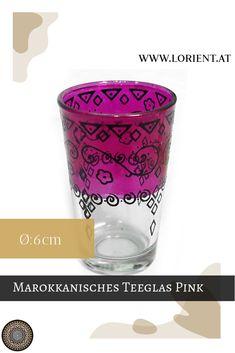 Was wäre die marokkanische Teezeremonie ohne kunstvoll bearbeitete Teegläser? Lange nicht so inspirierend!- deshalb gibt es bei uns wundervolle Dekors auf buntem Grund. Oder schlichte Teegläser mit marokkanischen Metellverzierungen, deren Herstellung wahrlich Fingerspitzengefühl voraussetzt. #marokko #design #fes #marrakesch #handgemacht #teeglas Fes, Shot Glass, Pink, Tableware, Design, Marrakech, Morocco, Inspirational, Dishes