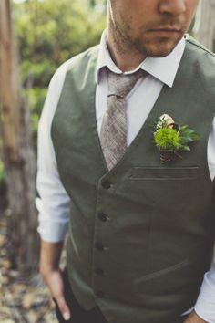 Lord of the rings inspired groom attire http://weddingwonderland.it/2015/11/inspiration-un-matrimonio-ispirato-signore-degli-anelli.html