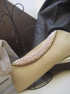 Upcycle ikea plate bottom into a purse Diy Bags Easy, Simple Bags, Diy Clutch, Clutch Bag, Diy Deco Rangement, Couture Cuir, Diy Bags Patterns, Crochet Wallet, Diy Sac