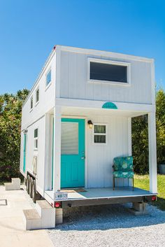 The Sand Dollar: a modern tiny house on wheels, available for rent at the Tiny House Siesta resort in Sarasota, Florida. The Sand Dollar: a modern tiny house on wheels, available for rent at the Tiny House Siesta resort in Sarasota, Florida. Modern Tiny House, Tiny House Living, Tiny House Plans, Tiny House Design, Tiny House On Wheels, Tiny House Exterior Wheels, Living Room, Casas Containers, Tiny House Nation