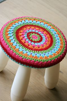 Crochet cover for an Ikea childs stool--so cute! I want to get a stool just so I can make a cover for it! Crochet Diy, Manta Crochet, Crochet Home Decor, Crochet Granny, Crochet Crafts, Crochet Hooks, Crochet Projects, Ikea Stool, Stool Covers