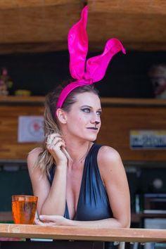 As orelhas de coelho já são um clássico no Carnaval e desta vez elas aparecem com uma modelagem exclusiva e diferenciada, em um crepe que traze elegância à peça. Com costura esportiva, este headpiece é a verdadeira mistura entre o lúdico e o sofisticado. Cor: rosa pinkOrelhas de crepe duplo importadoArame encapado que dá firmeza e maleabilidade à peçaFixa-se à cabeça por uma tiara encapada manualmente com fita de cetimEsta peça é pr...