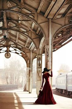 travel in style train road chic woman lady like red velvet hat Orient Express, To Infinity And Beyond, Poses, Strike A Pose, Travel Style, Travel Wear, Trains, Lady In Red, Fashion Photography