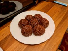 [Homemade] brigadeiros : food South American Dishes, Food Names, Recipe Images, Food Industry, Chef Recipes, Types Of Food, Meals For One, Homemade