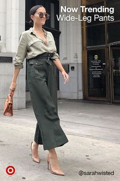 Refresh your look with wide-leg pants. Try outfit staples like jeans, cargos, paperbag & ankle pants. Chic Outfits, Fall Outfits, Fashion Outfits, Fashion Trends, Fashion Ideas, 1990 Style, Fashion Moda, Womens Fashion, Wide Leg Pants