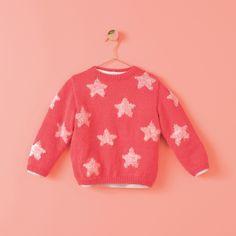OLYMPIA genser 2-10 år med fluoriserende stjerner. Garnpakke i Phil Merinos 3,5 og Phil Otello fra Phildar. Olympia, Girly, Lolita, Pulls, Christmas Sweaters, Knitwear, Style Inspiration, Pullover, Knitting