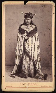 Foy Brothers (Thames): Unidentified Maori woman with huia feathers in her hair, Thames district, Native Art, Native American Indians, Auckland, Nz History, Polynesian People, Maori People, Maori Designs, New Zealand Art, Nz Art