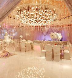 Iluminación perfecta para un gran salón de boda