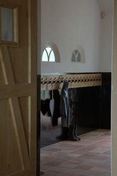 De hal is helemaal af door het entree met deze witte kunststof voordeur met zwart sierrooster - Eigentijds tuinmodel ...