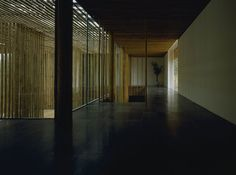 In China, japanese architect Kengo Kuma was chosen to design residences adjacent to the Great Bamboo Wall Hotel of China, an environmentally mutual commune. Kengo Kuma, Architecture Design, Japanese Architecture, Contemporary Architecture, Bamboo House, Bamboo Wall, Amazing Buildings, Urban, Model Homes