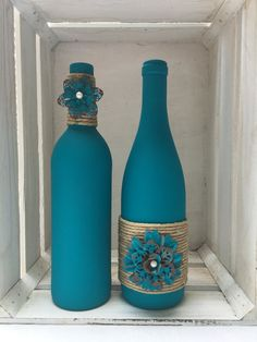 Teal chalk painted wine bottles with twine and metal flowers Petrol / Kreide bemalte Weinflaschen mi Glass Bottle Crafts, Wine Bottle Art, Painted Wine Bottles, Diy Bottle, Decorative Wine Bottles, Decorated Bottles, Liquor Bottles, Crafts With Wine Bottles, Twine Wine Bottles