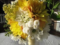 close-up picture of yellow and white dahlia bouquet