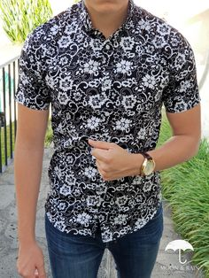 Outfit para hombre  camisa negra con flores blancas en manga corta y jeans  de mezclilla ab4bb4b8db066