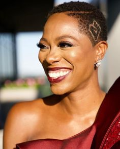 2020 Emmy Awards Beauty and Hair Trends From the Virtual Red Carpet!1966 Magazine Natural Hair Styles, Short Hair Styles, Tracee Ellis Ross, Star Wars, The Emmys, Celebrity Makeup, Celebrity Haircuts, Celebrity Dresses, Celebrity Style