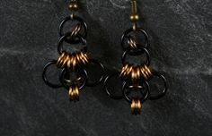 Diese Ohrringe im Muster eines Thorshammers bestehen aus anodisierten Aluminiumringen. Die Ringe sind wunderbar leicht und angenehm im Ohr zu trag...