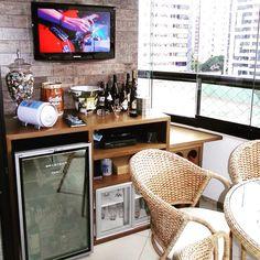 Cantinho de tv na varanda pra quem não curte churrasqueira mas adora receber a família e os amigos, ouvir uma boa música e tomar uns bons drinks... Tin tin !!!  #varandalinda #projetodeinteriores #cantinho #casaqueacolhe #family #friends #tv #music #karaoke #drink #wine #bar #adega #interiordesign #decorhouse #designlovers #aqinteriores