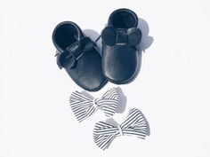 Interchangeable bow Cash moccs/ baby girl shoes / baby girl moccasins/ baby moccasins/ genuine leather moccasins/ black moccasins