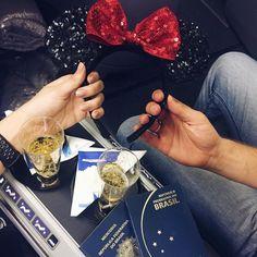 Hora de embarcar!!!!! Corre no snap (fabisantina) para ver os últimos momentos antes de decolar! Uhulll E claro que vai ter muitoooooo vlog! #disney #amor #fabiviaja