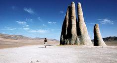 Una gigantesca mano affiora dalla sabbia del deserto di Atacama
