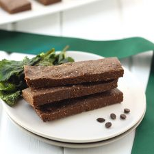 These No-Bake Mint Chocolate Protein Bars are made with just 7 ingredients and in just 20 minutes! No need to turn your oven on or spend hours slaving in the kitchen to make the ultimate on-the-go snack.