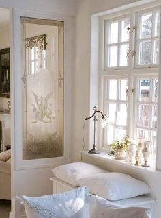 love the divider Vintage chic: Inspirasjon: Stue/ inspiration: living room Style At Home, Sweet Home, Window Benches, Window Seats, Cottage In The Woods, White Rooms, Modern Country, Home Fashion, Decoration