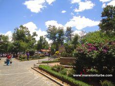 La Plaza Gertrudis Bocanegra, conocida como la Plaza Chica, se localiza a una cuadra de nuestro Hotel Mansión Iturbe en Pátzcuaro.