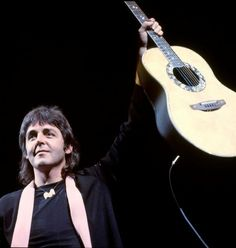 Paul McCartney on stage with his band Wings, circa 1976 Beatles Guitar, The Beatles, Wings Band, Paul Mccartney And Wings, Sir Paul, British Invasion, The Fab Four, Him Band, Ringo Starr