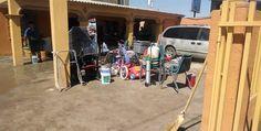 El agua inundó su hogar y dañó sus muebles
