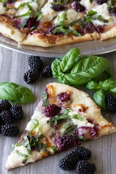 Dress up your pizza with something a little different in this Blackberry Basil Ricotta Pizza. It& elegant. It& simple. And it& totally delicious! Fruit Recipes, Pizza Recipes, Healthy Dinner Recipes, Vegetarian Recipes, Cooking Recipes, Drink Recipes, Healthy Flatbread Recipes, Vegetarian Pizza, Basil Recipes