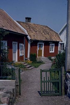 Country life in Sweden - Travel Photos by Galen R Frysinger, Sheboygan… Swedish Cottage, Red Cottage, Swedish House, Cozy Cottage, Red Houses, Little Houses, Beautiful Homes, Beautiful Places, Sweden Travel