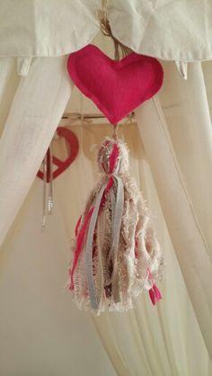 Corazones en tela de tapiceria reciclada.