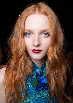 fair skinned model with long wavy ginger copper red hair wearing blue top and be… hellhäutiges Modell mit langem, welligem, kupferroten Ingwerhaar mit blauem Oberteil … Hair Colors For Blue Eyes, Hair Color For Fair Skin, Hair Color Blue, Hair Dye Colors, Red Hair Pale Skin, Fiery Red Hair, Dark Red Hair, Copper Red Hair, Copper Ombre