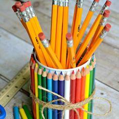 Per un portapenne da scrivania bastano un barattolo di latta e dei vecchi pastelli colorati #riciclocreativo #scuola