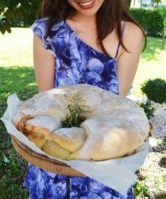 Ciao Tortano! Dieses Brot ist bei uns im Hause ein gern gesehener Gast auf dem Esstisch! Schon an die tausendmal gebacken, aus dem Ofen geholt und mit hungrigen Mäulchen Stück für Stück verspeist. …