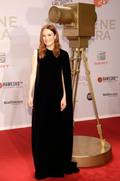 Julianne Moore bekam in Hamburg eine Goldene Kamera als Beste Internationale Schauspielerin. Ihr Cape-Kleid von Valentino hätte auch einen Preis verdient.