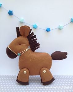 Peluche caballo de fieltro. Bastante grande, unos 28 cms de alto. Para que los más peques jueguen con él. http://lascosasdehechoamano.blogspot.com.es/