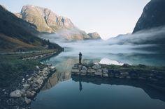 Foggy sunrise in Olden, Norway par Rob Sese