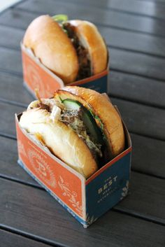 Pulled pork bun (front) and braised lamb belly bun (back) at Belcampo Palo Alto Welcomes Belcampo Meat Co. Sandwich Packaging, Takeaway Packaging, Food Packaging Design, Food Trucks, Food Truck Menu, Food Truck Catering, Food Menu, Food Design, Food Truck Design