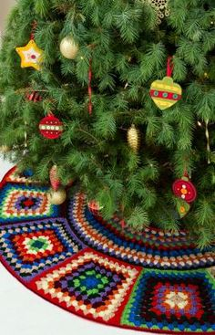 I'm going to have my sister-in-law crochet us this granny-square tree skirt! Click through for the pattern at Red Heart Yarns. Christmas Tree Skirts Patterns, Crochet Christmas Trees, Holiday Crochet, Noel Christmas, Christmas Knitting, Crochet Home, Christmas Colors, Christmas Skirt, Christmas Projects