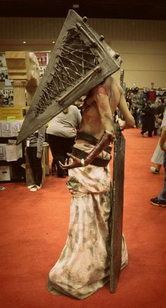 Pryamid head cosplay from Silent Hill  ~ Ha... haha... Great cosplay... Just kinda glad I'm only getting a picture of it... ^^;