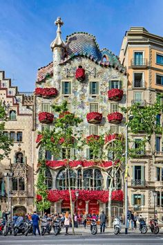 Casa Batlló lovely decorated with roses for Sant Jordi. That day boys buy roses to their girls and girls pay back with books :)