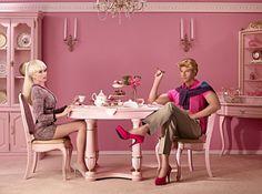 K. desayuna con unos zapatos rosas de tacón . Dina Golstein explora en un proyecto fotográfico los complejos problemas que surgen con los años entre la muñeca Barbie y su eterno acompañante Ken, a los que se refiere por sus siglas