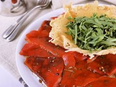 Receta | Carpaccio de pimiento rojo con crujiente de parmesano - canalcocina.es