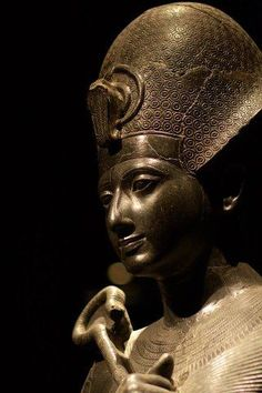 """Una de las más bellas estatuas de Ramsés II es éste, tallada en granito negro, en el Museo Egipcio - Museo Egipcio de Turín. Aquí Ramsés lleva la llamada Corona Azul, el Khepresh, que apareció por primera vez a principios de la dinastía 18a de Egipto. El Khepresh a veces se llama la """"Guerra de la Corona"""" como reyes se representan a menudo que lo lleva, ya que se precipitan"""