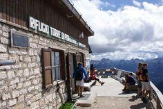 Rifugio Torre di Pisa, untuk mencapai hotel ini traveler harus mendaki sekitar 2 jam perjalanan dari desa terdekat. Hotel ini terdapat 20 tempat tidur dan berada 8.764 kaki di atas permukaan laut di Cavignon Peak, Dolomites Italia. Fasilitas yang dimiliki tentunya cukup terbatas, namun ada bar dan resto yang letaknya di teras hotel sehingga traveler bisa menikmati pemandangan pegunungan dan cuaca sekitar. Hotel ini dibuka dari bulan Juli-Oktober. #nusatrip #RifugioTorrediPisa #italy