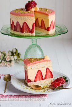 En el blog Olivas en la cocina hemos encontrado esta fantástica receta de la repostería clásica francesa: la espectacular y deliciosa tarta Fraisier, un pastel compuesto por varios bizcochos genoveses bañados en almíbar de licor de cereza, un relleno de crema de muselina con fresas frescas y un…
