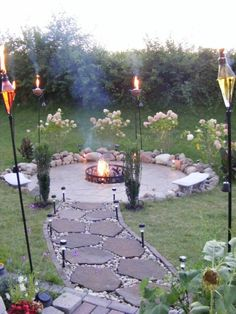 feuerstelle im garten und gartenweg
