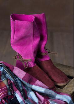 Von weichen Mokassins inspiriert, haben wir einen Stiefel mit halbhohem, weitem Schaft entworfen. Ein schönes Bindeband ziert den Knöchelbereich. Fantastisch zu Hosen oder einem gemusterten Rock! Obermaterial Veloursleder mit ledergefüttertem Fußteil, chromfrei gegerbt. Das Fußbett der herausnehmbaren Innensohle stützt Ferse und Fußgewölbe. Sohle mit geriffeltem Gummi. #naturmode #stiefel