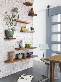 Deze houten planken aan de muur zijn in vier verschillende maten blind aan de muur bevestigd. Planken met en zonder opstaande rand.